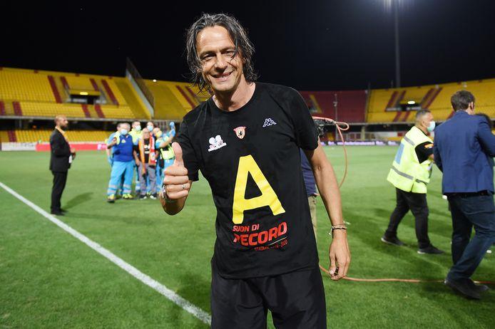 Filippo Inzaghi viert de promotie van Benevento naar de Serie A.