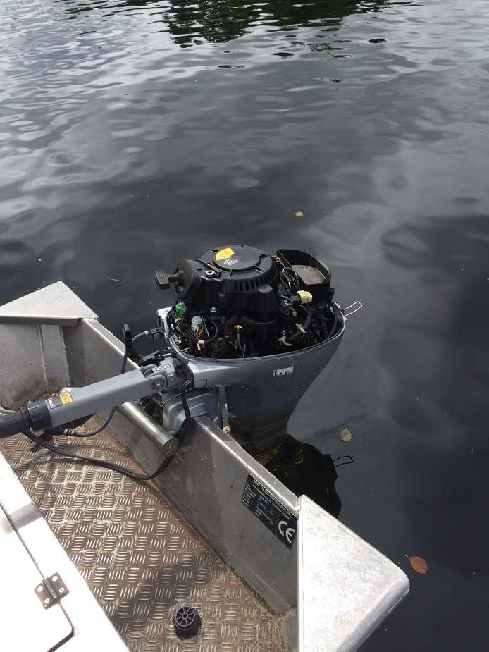 Dieven hebben de kap van het motortje gestolen van Angela Groothuizen. En daarin is zij niet de enige. Ook de buren van de televisiepresentatrice die in de zomermaanden vaak te vinden is aan de Vinkeveense Plassen zijn de dupe van deze buitenboordmotorkappenroof.