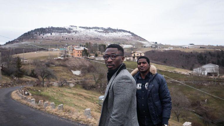 Bert en Joseph uit Nigeria zijn ondergebracht in een oude kazerne bij Vaccamozzi (Italië). Best: 'Ik vind het moeilijk hier.' Beeld Zolin Nicola