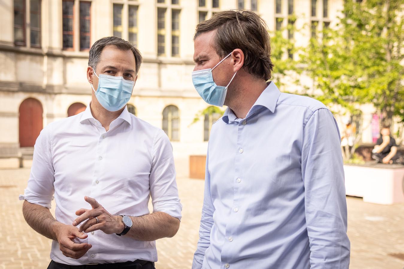 Premier Alexander De Croo en Gents burgemeester Mathias De Clercq op de stille wake onder de Stadshal in Gent.