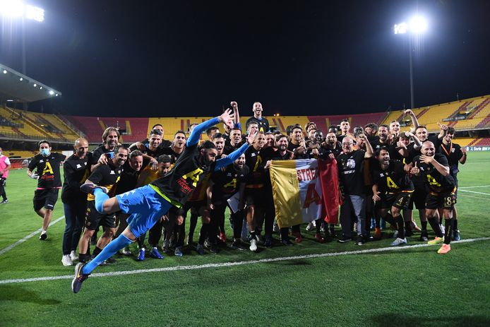 BENEVENTO, ITALY - JUNE 29: Benevento Calcio players and staff celebrate after winning the Serie B after the serie B match between Benevento Calcio and SS Juve Stabia at Stadio Ciro Vigorito on June 29, 2020 in Benevento, Italy. (Photo by Francesco Pecoraro/Getty Images for Lega Serie B)