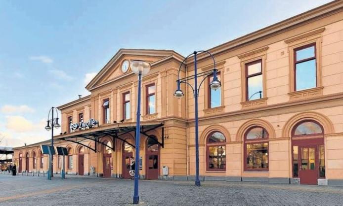 Het stationsgebouw in Zwolle gaat dit jaar nog van kleur verschieten. De kleuren worden ongeveer hetzelfde als in 1900.