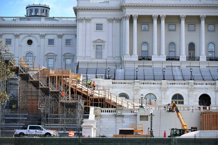 Er wordt al gebouwd aan het podium voor Joe Bidens inauguratie. Beeld AFP