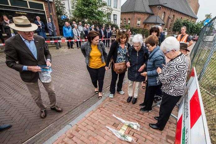 De kleindochters Leni, Mary en Carry leggen de Stolpersteine voor hun vermoorde grootouders in de Nieuwstraat in Neede.