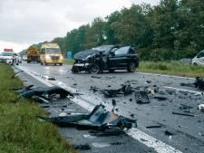 Frontale botsing op de Gooiseweg bij Zeewolde; gewonden en drie auto's zwaar beschadigd