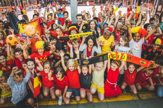 leerlingen van Sint-Barbara lage school in rode duivels outfit