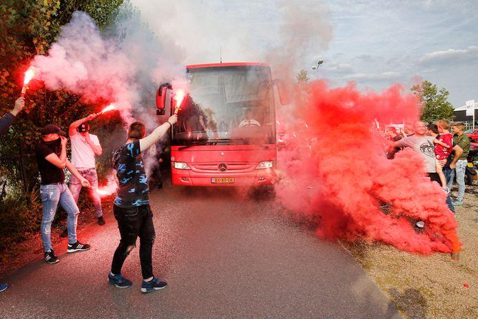 Supporters onthalen in 2017 de spelersbus na een Europees duel in Rusland.