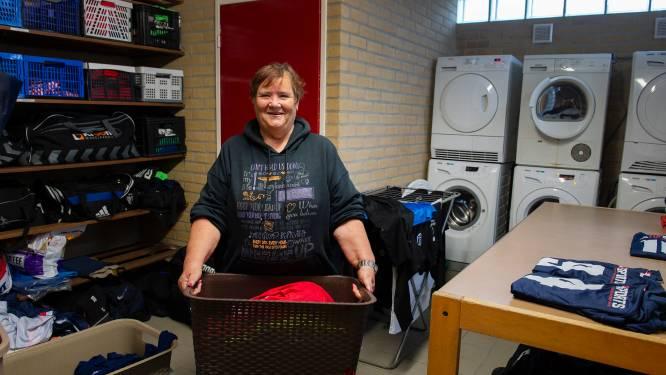 Dit zijn de wasmannen-  en vrouwen in het Brabantse amateurvoetbal: 'Als de kousen binnenstebuiten zitten, krijgen ze die van mij ook zo terug'