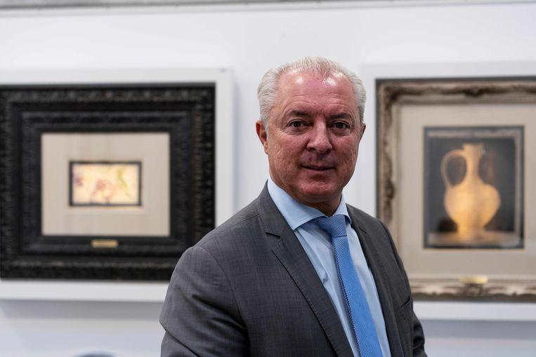 Johan Kiggen, directeur van veilinghuis Kiggen, voor twee Van Gogh-werken. Beeld AFP