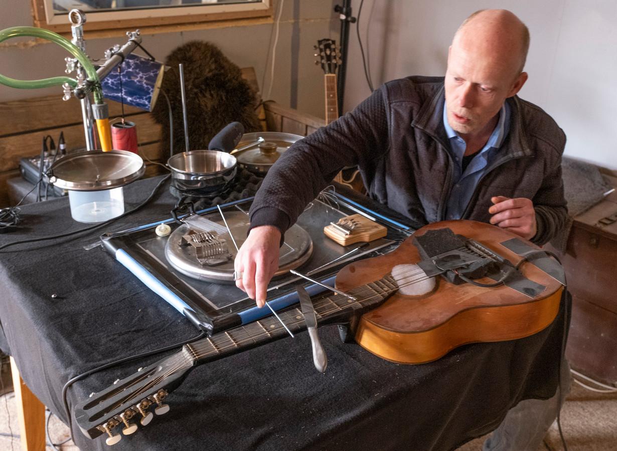 Roger van der Veken heeft een opstelling van allerlei materialen gemaakt voor specifieke geluidsopnamen.