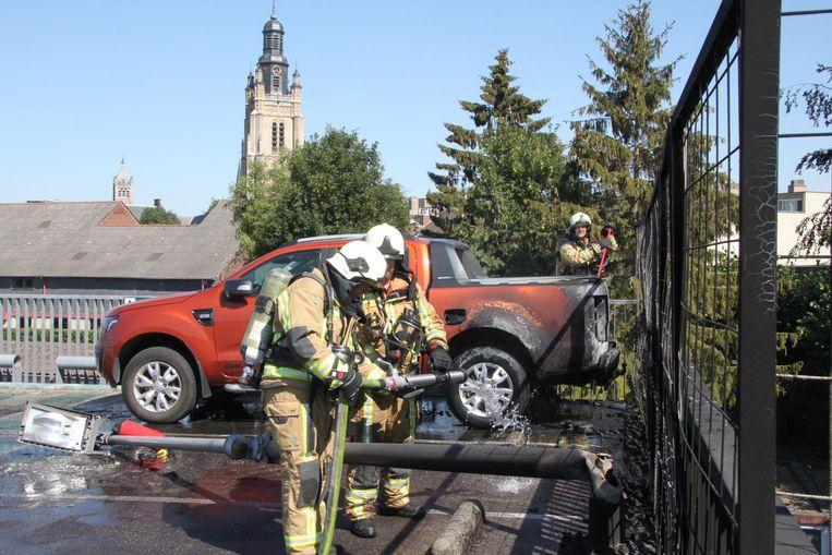 Dankzij de snelle interventie van de brandweer kan verdere schade vermeden worden.