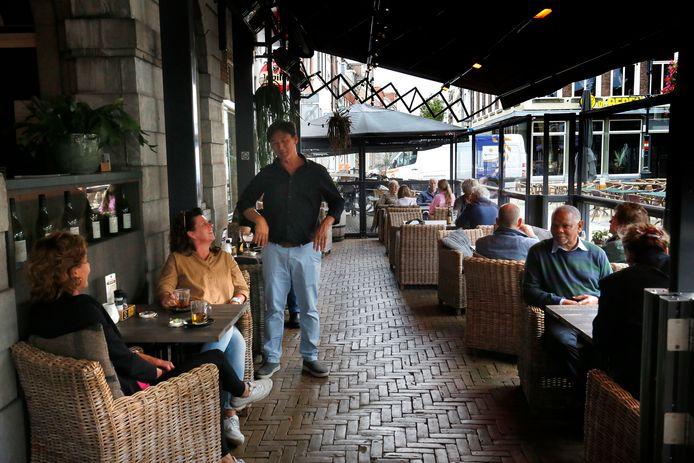 Wie niet naar binnen wil, kan in altijd plaatsnemen op een door heaters verwarmd terras, zoals dat van restaurant De Hoofdwacht in Gorinchem.