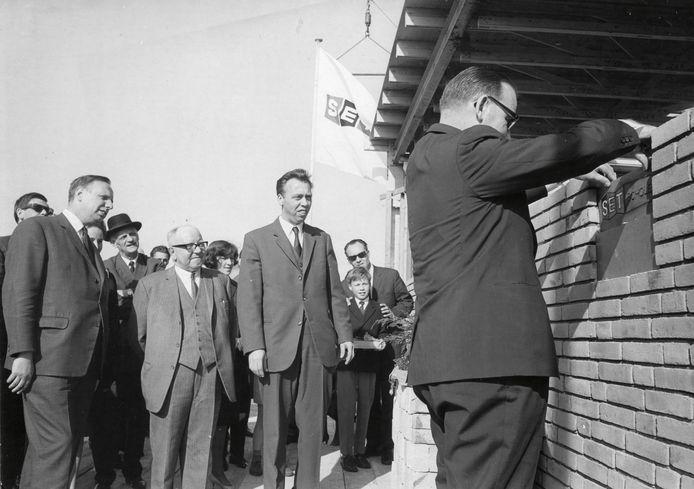 Nico Tetteroo kijkt toe als burgemeester Kolfschoten van Leidschendam in 1969 de eerste steen legt van de allereerste SET-school.