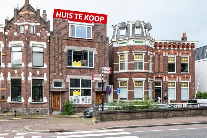 De woning in het voormalige bankgebouw aan de Gouwestraat nummer 16 in Boskoop staat te koop.
