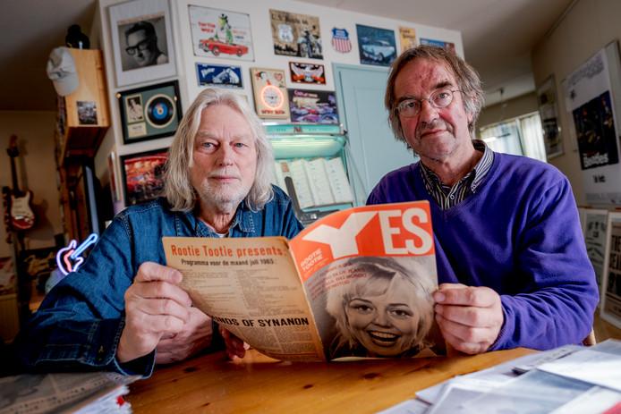 """Pel Kotkamp (links) en Hans ten Brummelhuis met hun vondst: het rolde op een zolder uit archiefspullen. """"Ongelooflijk. Ik was het helemaal vergeten!"""""""