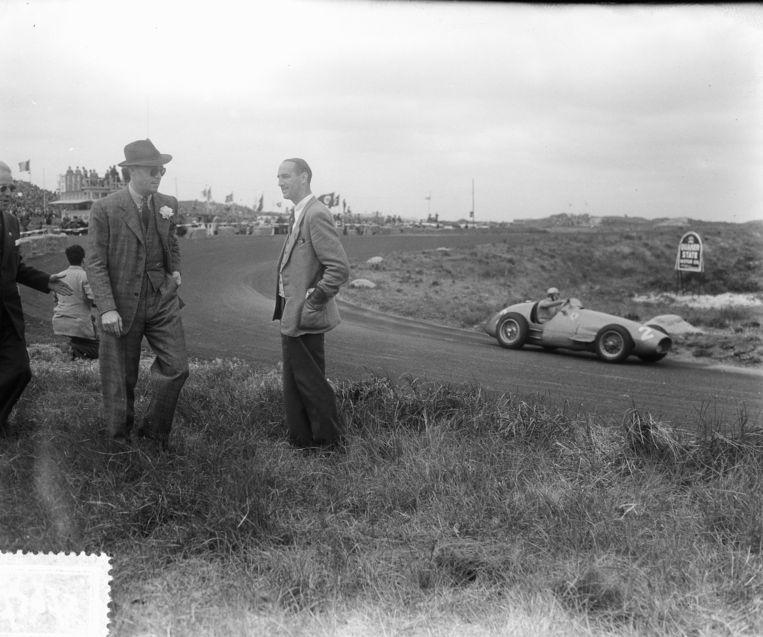 Prins Bernhard senior (links) op het Circuit van Zandvoort in juni 1953. Beeld Nationaal Archief