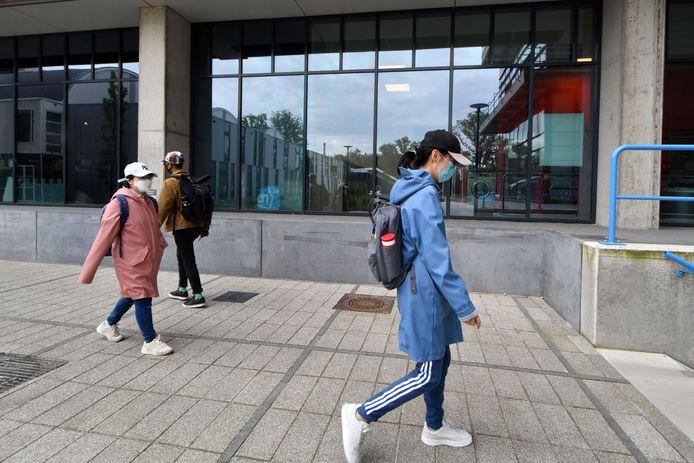 Chinese studentes uit gebouw Hogekamp zijn op weg naar de GGD Twente om zich te laten testen op corona.