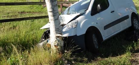 Busje vliegt uit de bocht en knalt tegen boom in Rheezerveen, bestuurder (19) gewond