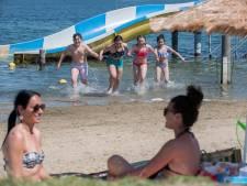 Zand tussen je tenen en plonzen in het water: bij zomers weer weten mensen Beldert Beach goed te vinden