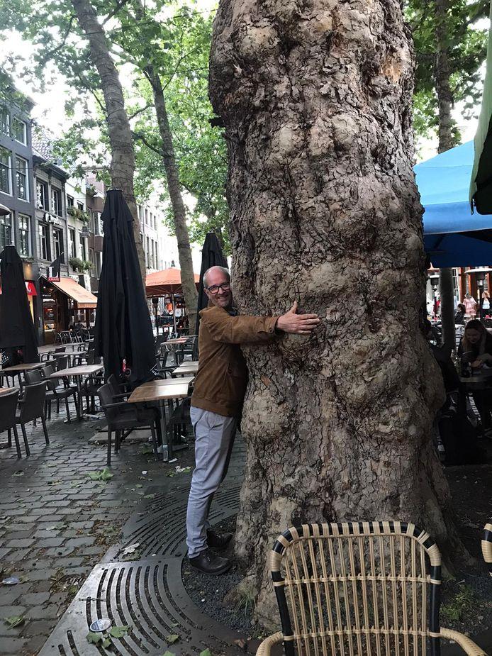 Jan van Kuijk bij 'zijn' plataan op de Grote Markt in Breda