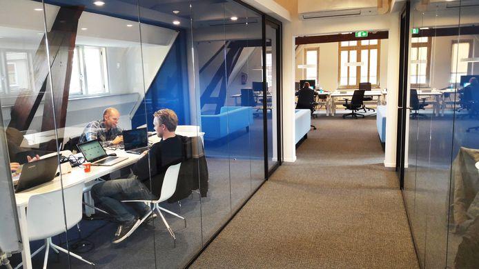 Studenten in enkele van de werkkamers.