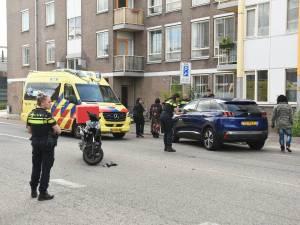 Scooterrijder knalt op auto die plots wil omkeren op Utrechtse Bleekstraat