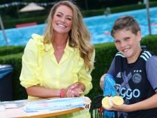 Op de foto met zwemkampioene en haar Olympisch goud, Inge de Bruijn ontmoet fans bij zwembad de Doetsekom