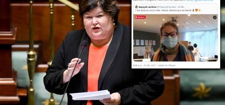 """Maggie De Block rappelle à l'ordre une psychiatre francophone vaccinée, sa remarque ne passe pas: """"C'est blessant et humiliant"""""""