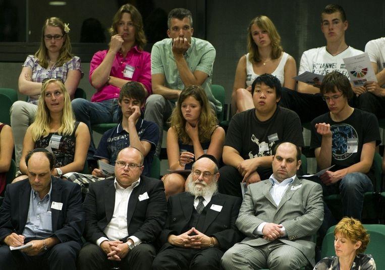 Afgevaardigden van de Joodse gemeenschap volgen de stemming over het wetsvoorstel van Marianne Thieme over het onverdoofd ritueel slachten. Beeld anp