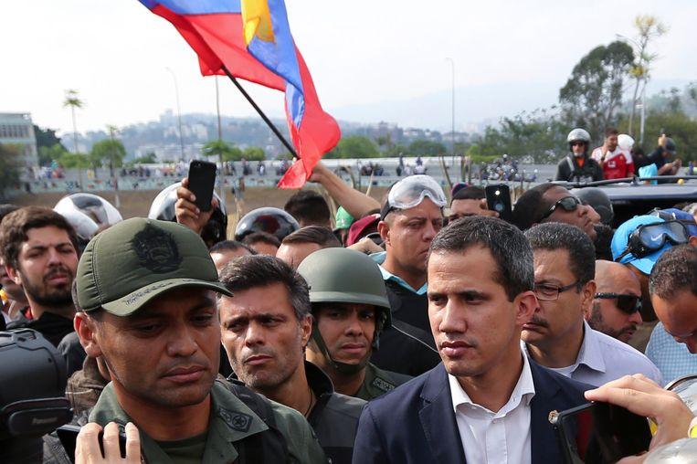 Juan Guaido riep de Venezolanen vandaag geflankeerd door militairen op de 'eindstrijd' tegen Maduro in te zetten. Beeld AP