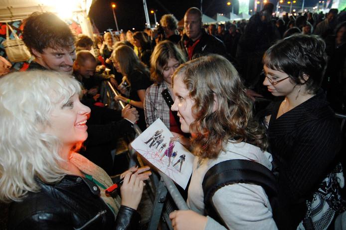 Jacqueline Govaert deelt - als zangeres van Krezip - in 2008 handtekeningen uit op Appelpop.