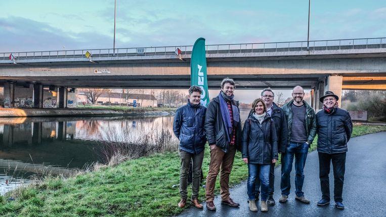 Provincieraadslid Maarten Tavernier, schepen Tijs Naert, raadsleden Els Verhagen, Matti Vandemaele en Bernard Marchau en Vlaams parlementair Bart Caron willen een R8-tunnel onder de Leie, zodat de huidige R8-brug over de Leie kan verdwijnen.