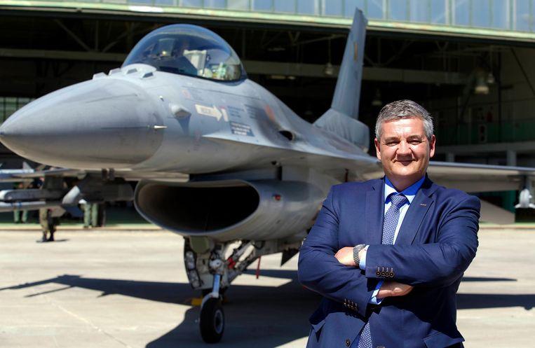 Steven Vandeput (N-VA) bij een Belgische F-16 op de luchtmachtbasis van Malbork, Polen.  Beeld BELGA