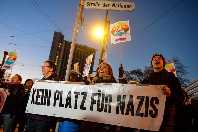 'Geen plek voor Nazi's' staat op een banner van demonstranten in Chemnitz, waar rechtse sympathisanten vorige maand een demonstratie tegen de komst van Angela Merkel hielden. Archieffoto.