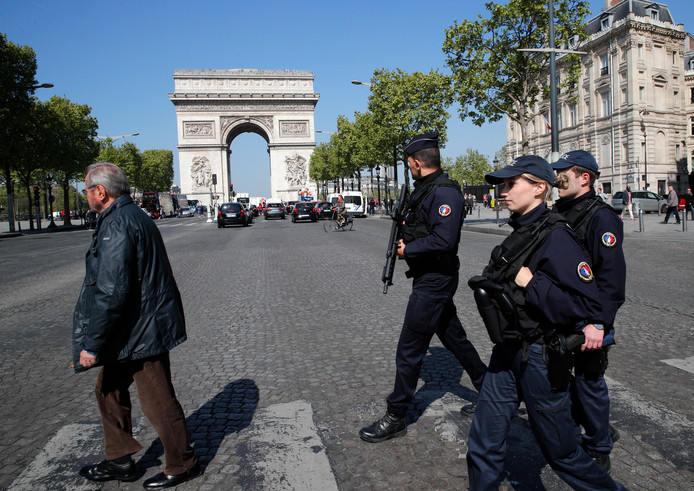 Politieagenten patrouilleren op de Champs-Élysées.