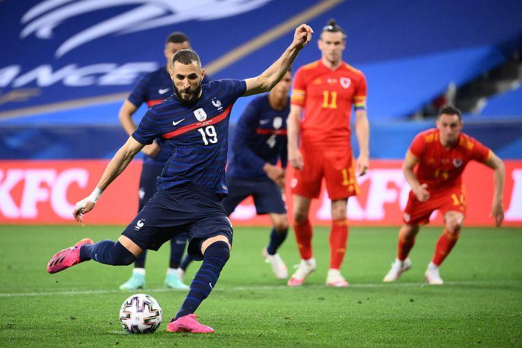 Karim Benzema neemt een penalty in een oefenwedstrijd tegen Wales op 2 juni – en mist dit keer. Beeld AFP