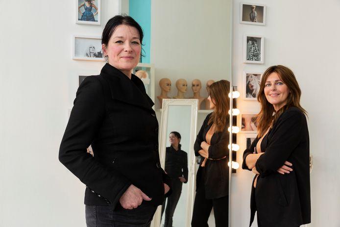 Fotografe Esther van der Wallen (links) heeft vrouwen gefotografeerd die hun haar verloren door chemotherapie of de aandoening alopecia. Een van hen is Heleen van der Toorn, die al vanaf haar 8ste alopecia heeft. Sinds 2006 heeft ze een eigen haarstudio.