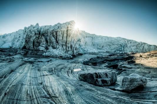 Het ijs op de plaats van de inslag is minstens 79.000 jaar oud, de krater is dus nog ouder.
