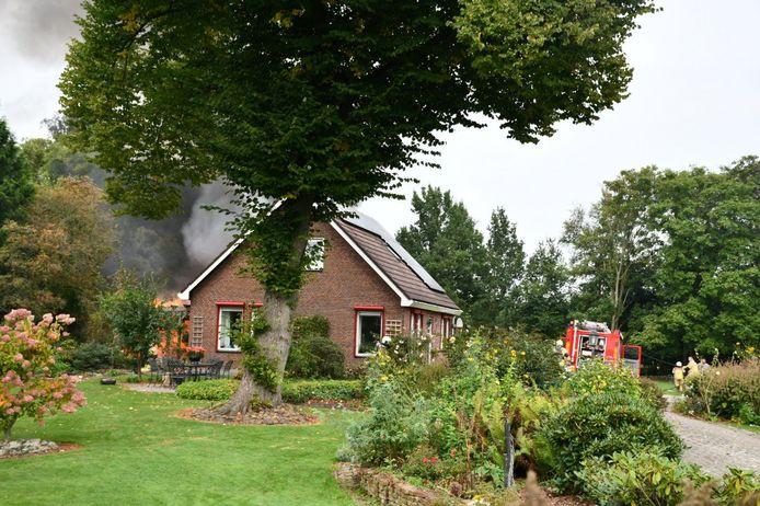 De schuur achter het woonhuis ging in vlammen op.