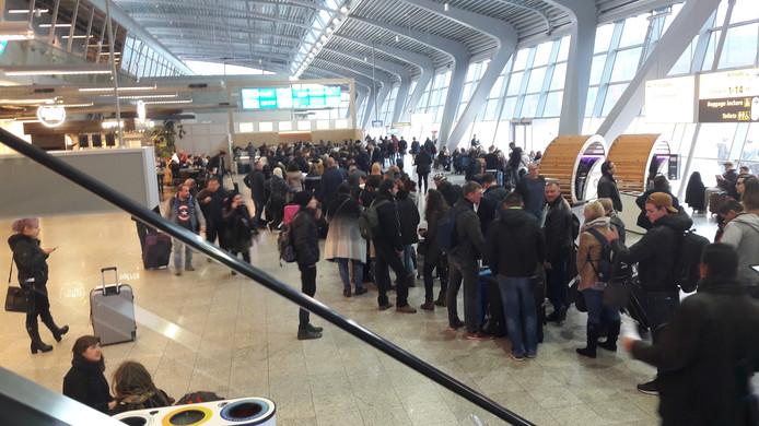 Voor de service- en informatiebalies in de terminal van Eindhoven Airport vormden zich lange rijen.