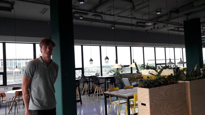Luuk Visser van het Microlab in de Skybar op de 6e verdieping van het gebouw aan de Kastanjelaan op Strijp-S in Eindhoven.