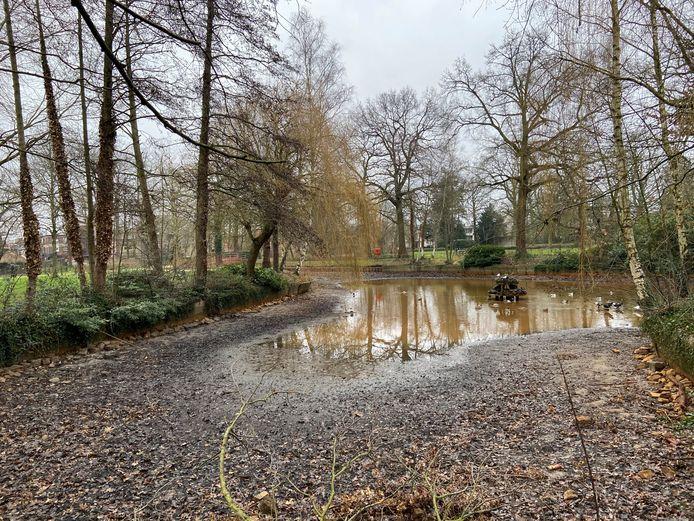 De waterstand in de vijver van het gemeentepark in januari 2021
