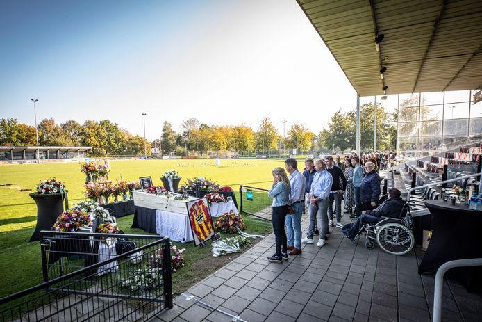 Condoleance voor de overleden voetballer en cameraman Michel Lage Venterink. De condoleance is op het hoofdveld van Quick'20, waar ook de kist staat.