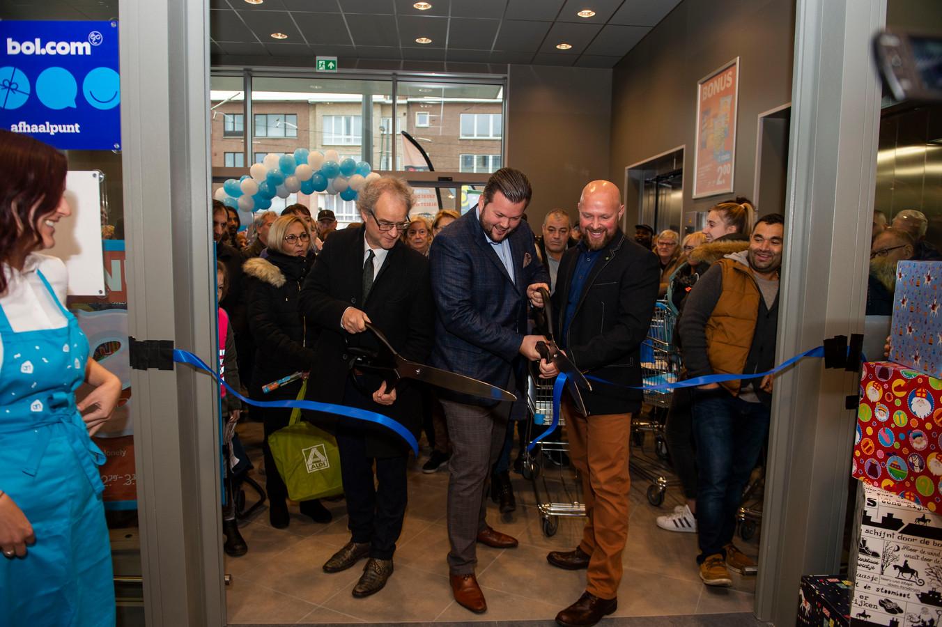 Districtsburgemeester Tjerk Sekeris, Jan en Wim Peeters mochten het lintje doorknippen