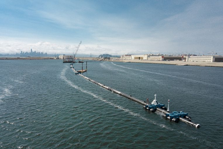 The Ocean Cleanup - The Ocean Cleanup System 001 floating in the lagoon in front of the assembly yard. Beeld The Ocean Cleanup