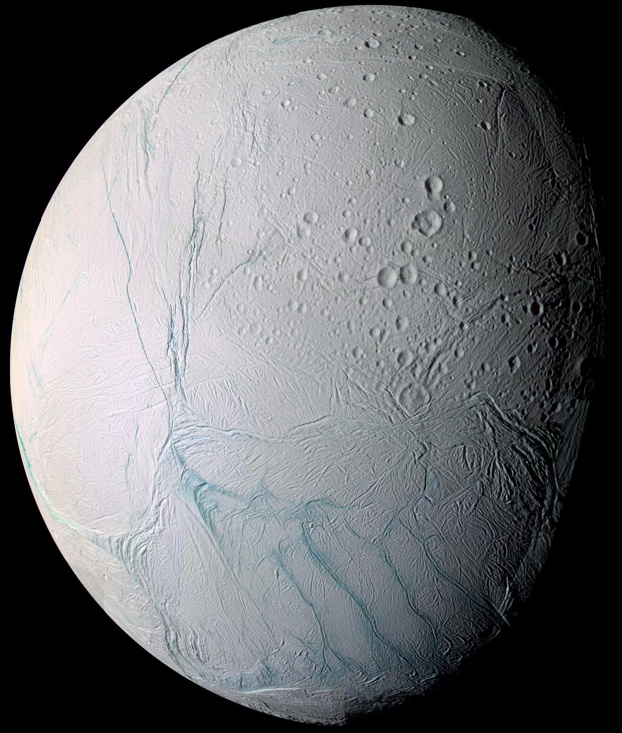 IJsmaantje Enceladus, inclusief tijgerstrepen op zijn zuidpool.