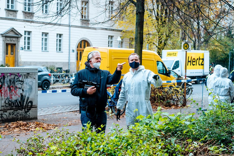 Regisseur Norbert ter Hall geeft acteur Mark Waschke instructies. Beeld
