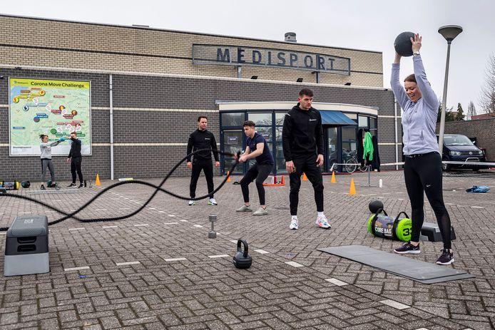 Fitnesscentra in het hele land zijn het beu, de tent dicht te moeten houden. Ook Medisports in Etten-Leur houdt stil protest, door toestellen buiten te zetten en daar te gaan sporten