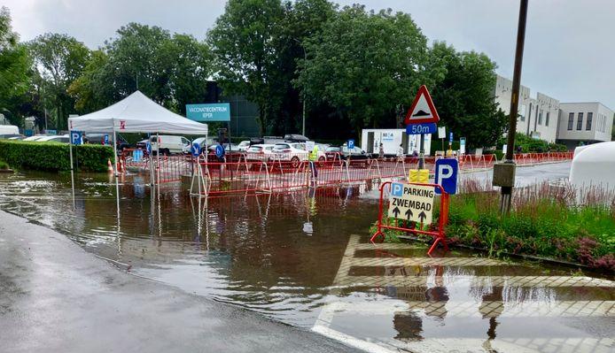 """Het bordje 'zwembad"""", aan de ingangsweg naar het vaccinatiecentrum in Ieper, langs de Leopold III-laan, stond er maandagmorgen een beetje ongelukkig, met de wateroverlast."""