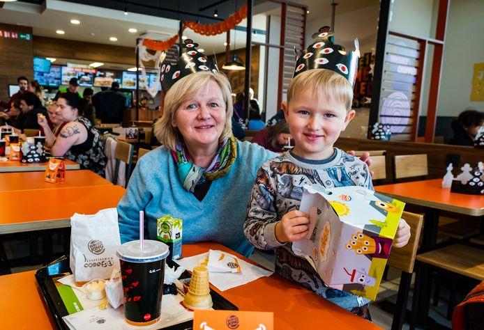 Opening Burger King restaurant. Grootmoeder Chantal met kleinzoon Liam.